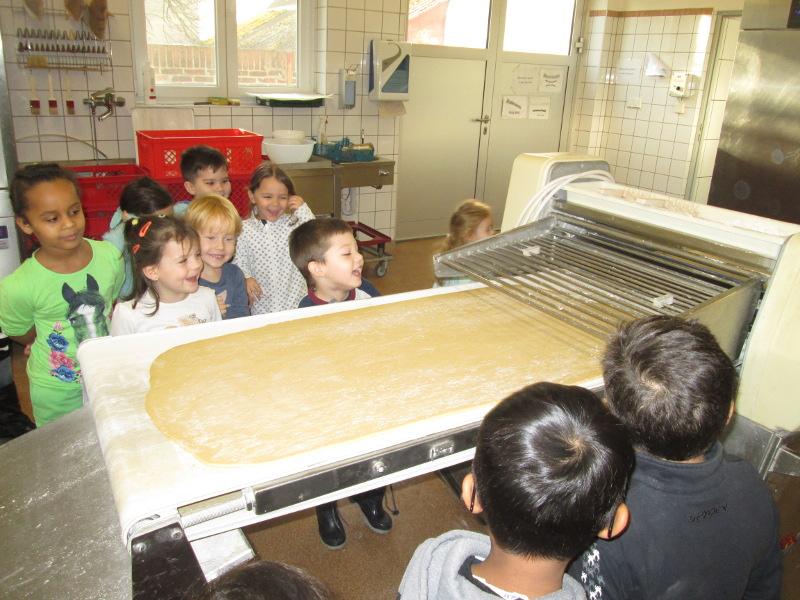 Gespannt beobachten die Kinder die große Bäckerwalze.